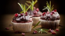Lecker Schokoladenmuffins! Der Überzug hier wurde einfach nur gegossen. Man hätte aber auch kleine Knetfigürchen aus Schokolade darauf setzen können.(Foto:Jenny Sturm / stock.adobe.com)