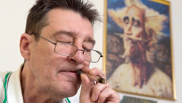 Neben bestimmten Fertigarzneimitteln mit dem Cannabis-Stoff THC gibt es die Option, Öl aus Hanfpflanzen über eine Vorrichtung zu inhalieren.(Foto: Swen Pförtner / dpa)