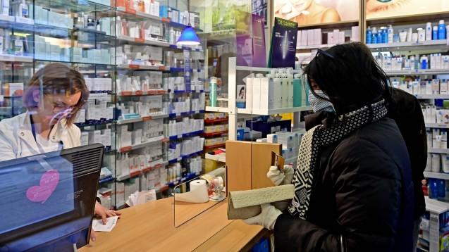 Die Apotheken haben in Kürze umfassende Austauschmöglichkeiten, wenn ein verordnetes Arzneimittel nicht vorrätig ist. ( r / Foto: imago images / Ralph Lueger)