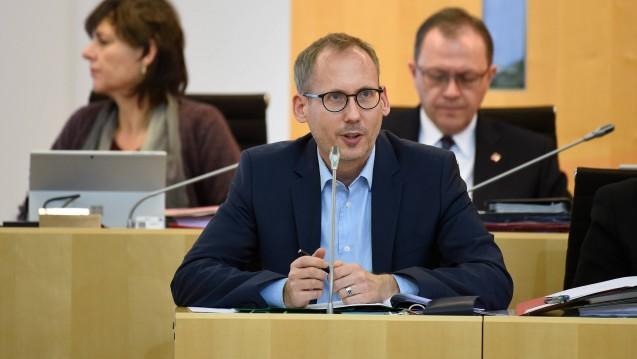 Hessens frisch ernannter Sozialminister Kai Klose (Grüne) und sein Kollege Manne Lucha (ebenfalls Grüne) aus Baden-Württemberg protestieren gegen die Pläne des BMG für mehr Wettbewerb im Kassenlager. (c / Foto: imago images / Huebner)
