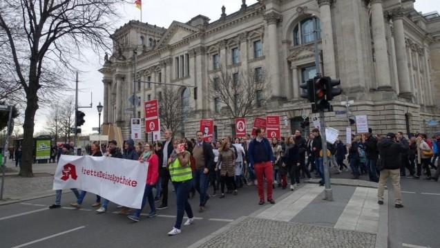 Rund 500 Apotheker und Apothekenmitarbeiter zogen am gestrigen Sonntag durchs Berliner Regierungsviertel (hier im Bild: der Reichstag), um gegen den Einfluss großer Konzerne auf die Arzneimittelversorgung zu protestieren. Wie sind die Reaktionen auf die Aktion? (j/Foto: bro/DAZ.online)