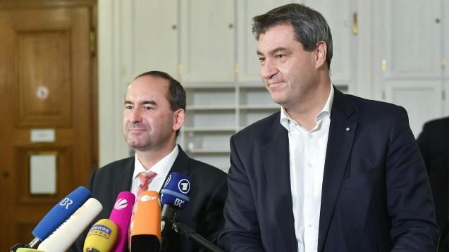 Hubert Aiwanger (re., Freie Wähler) und Bayerns Ministerpräsident Markus Soeder (CSU) verzichten auf das Rx-Versandverbot in ihrem Koalitipnsvertrag. (Foto: Imago)