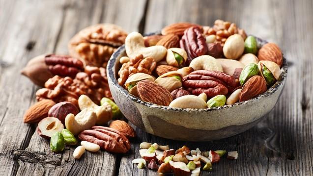 """Nüsse gelten als gesunder Snack. Vorsicht ist jedoch geboten, wenn sie ungewöhnlich riechen oder schmecken. Dann gilt: """"Nicht schlucken, sondern spucken!"""" (Foto: Dionisvera / stock.adobe.com)"""