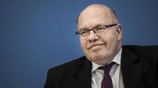 Bundeswirtschaftsminister Peter Altmaier (CDU) und Jörg Geller, Vorstand der Kohl Medical AG, haben im Januar 2019 Telefonate zum GSAV geführt. (b/Foto: imago images / photothek / Florian Gaertner)