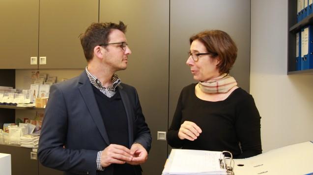 FDP-Kandidat und DocMorris-Mitarbeiter Jörg Berens besuchte am gestrigen Mittwoch die Apotheke von Kammerpräsidentin Gabriele Regina Overwiening. (Foto: AKWL)