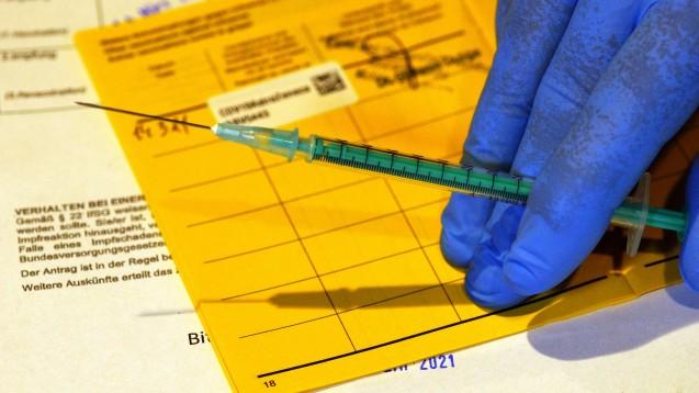 Die Ärzt:innen dürfen mit Erleichterungen beim Haftungsrisiko rechnen, wenn sie Menschen unter 60 Jahren mit Vaxzevria von AstraZeneca impfen.(Foto: IMAGO / CHROMORANGE)
