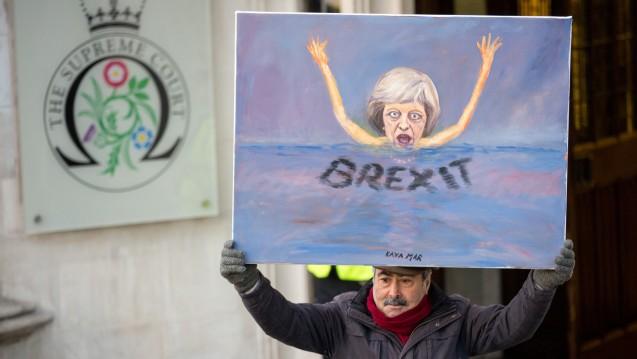 Brexit, quo vadis? Der KünstlerKaya Mar am Dienstag vor dem Supreme Court in London – mit seiner Interpretation der Situation der britischen Premierministerin. (Foto: dpa)
