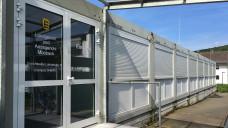 """Die Gerichtssäle des Mosbacher Landgerichts befinden sich teilweise in Containern. Da kam bei der Verhandlung zu DocMorris in Hüffenhardt gleich ein """"Automaten-Feeling"""" auf. (Foto: DAZ.online)"""