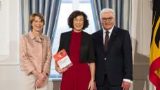 """Dr. Angela Schulz (Mitte) war zu Gast beim Bundespräsidenten und seiner Frau  Elke Büdenbender. Als Geschenk hatte sie den """"Schulz / Hörath"""" dabei: """"Gefährliche Stoffe und Gemische"""". (Foto: Bundesregierung / Steffen Kugler)"""