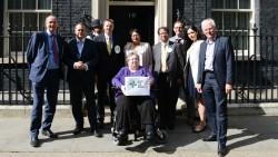 Eine Abordnung britischer Apotheker übergibt die Petition gegen Honorarkürzungen bei Apotheken. (Foto: npa.co.uk)