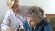 Nicht nur bei der Pflege würde ein Alzheimer-Medikament immense Kosten einsparen. (Foto: DAK)