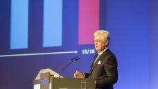 """Mit stehenden Ovationen bedacht: Der zum Jahresende ausscheidende Noweda-Vorstandsvorsitzende Wilfried Hollmann wurde mit der """"Günther-Büsch-Ehrengabe der Noweda"""" ausgezeichnet. (Foto: Noweda)"""