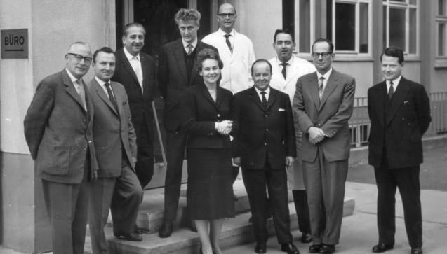 Else Kröner im Kreis ihrer Mitarbeiter im Bad Homburger Werk in der 1960er Jahren. (Quelle: Nachlass Friedl Mann)