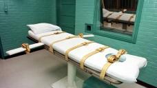 """Die """"Todeskammer"""" im US-Bundesstaat Texas, in der der Verurteilte mit einer Giftspritze hingerichtet werden. Der """"Henker"""" sitzt hinter dem Glasfenster und verabreicht dem Todeskandidaten die Spritze durch das Loch links neben dem Fenster. (Foto: dpa)"""