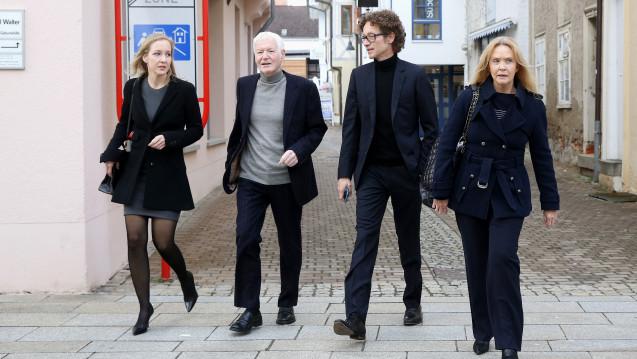 Gefängnis droht: Meike Schlecker (li.) und Lars Schlecker (2.v.re.) wurden zu einer Freiheitsstrafe verurteilt, Anton Schlecker bekam eine Bewährungsstrafe. (Foto: dpa)