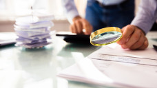 Wer die Steuern für seinen Apothekenbetrieb nicht ordentlich erledigt, riskiert nicht nur eine Strafe, sondern setzt auch seine Betriebserlaubnis aufs Spiel. (Foto: r / Andrey Popov/ stock.adobe.com)
