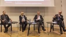 Apotheker Olaf Rose, DAZ-Chefredakteurin Doris Uhl, Professor Ulrich Jaehde und Friedemann Schmidt diskutieren, wie das Medikationsmanagement am besten zu etablieren ist. (Foto: Schelbert/DAZ)