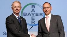 Dr. Marijn Dekkers (l.) übergibt das Amt des Vorstandsvorsitzenden an Werner Baumann. (Foto: Bayer)
