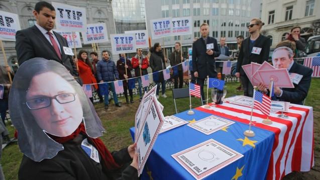 Gegen TTIP protestieren auch Apotheker - hier die Mitglieder der Grünen-Fraktion im Europäischen Parlament. (Foto: EPA / Olivier Hoslet / dpa)
