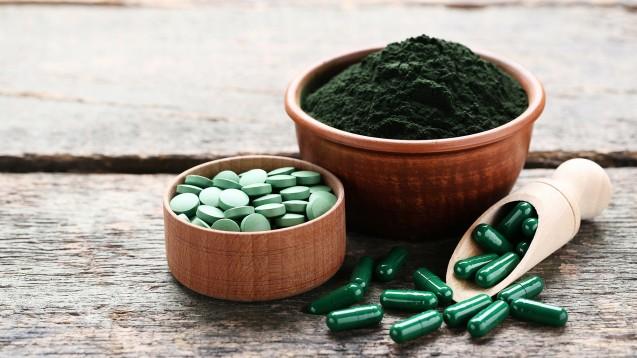 Spirulina und AFA-Algen werden als Pulver, Kapseln oder Tabletten verkauft. Auch wenn beide ein für den Mensche günstiges Proteinmuster bieten, bringt der empfohlene Verzehr von wenigen Gramm pro Tag keinen Nutzen. (Foto: 5second / stock.adobe.com)