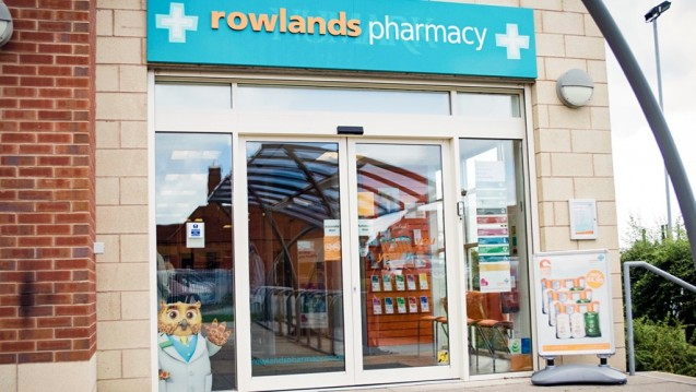 Arzneimittelabgabe lieber vor Ort als über das Netz: Die Apothekenkette Rowlands verzichtet vorerst auf den Versandhandel. (m / Foto: Phoenix)