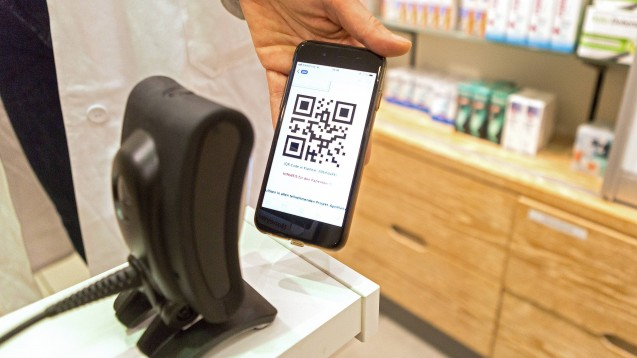 Um E-Rezepte beliefern zu können, müssen die EU-Versender Heilberufsausweise und SMC-B-Karten bekommen. Die ABDA will die Gematik bei dieser Aufgabe nicht unterstützen. (Foto: imago images / epd)