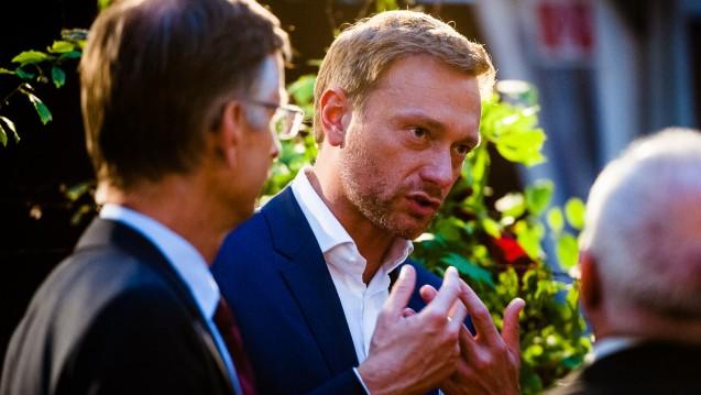 Christian Lindner ist für viele Apotheker ein rotes Tuch. Doch der FDP-Chef scheut die Konfrontation nicht. Er folgte der Einladung von ABDA-Präsident und FDP-Mitglied Friedemann-Schmidt. (Foto: ABDA / van Heesen)