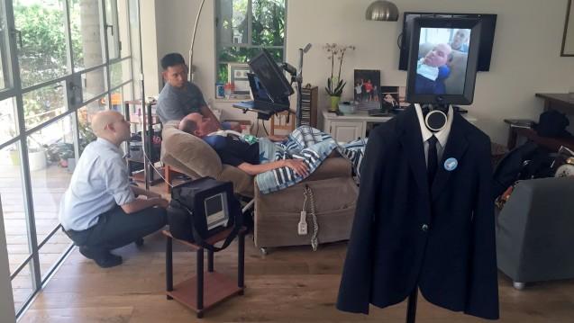 Schai Rischoni (Mitte) und sein Telebuddy: Der ALS-Patient probiert neue Wege. (Foto: dpa / picture alliance)