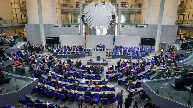 Der Bundestag hat am heutigen Donnerstag das Digitale Versorgung Gesetz beschlossen. (b/Foto: imago images / Spicker)