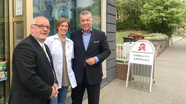 Brandenburgs Kammerpräsident Jens Dobbert, Apothekerin Beate Mika und der EU-Parlamentarier Dr. Christian Ehler sprachen unter anderem über die Importquote und den Versandhandelskonflikt. (c / Foto: bro)
