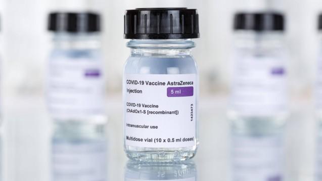 Die Europäische Kommission geht gegen AstraZeneca vor. Immer wieder hatte das Unternehmen Corona-Impfstofflieferungen gekürzt. (Foto: IMAGO / Aviation-Stock)