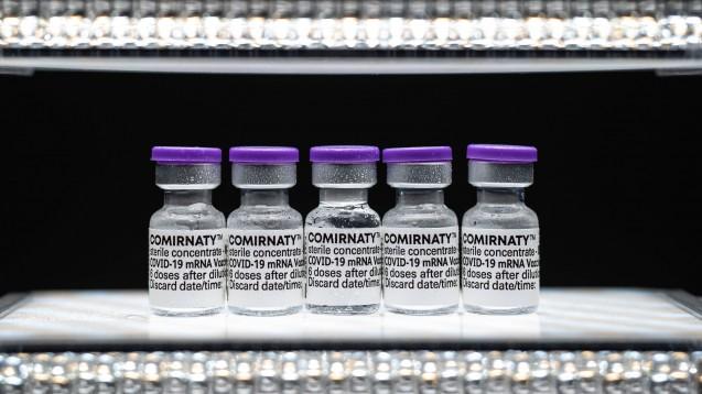 Künftig erhalten Apotheken etwas mehr Geld für die Abgabe von COVID-19-Impfstoffen an Ärzte. (Foto: IMAGO / Beautiful Sports)