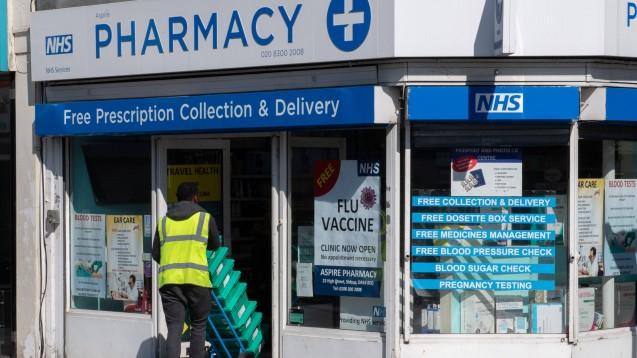 In Großbritannien bekommen die Apotheken in der Coronakrise immer mehr Aufgaben zugesprochen. Nun sollen sie eine Finanzspritze erhalten. (m / Foto: imago images / Prime Media)