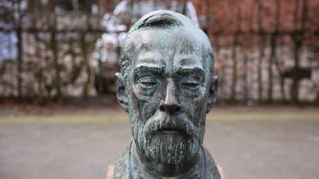 Alfred Nobel ist der Stifter der Nobelpreise, hier seine Büste in Geesthacht. (Foto: imago)