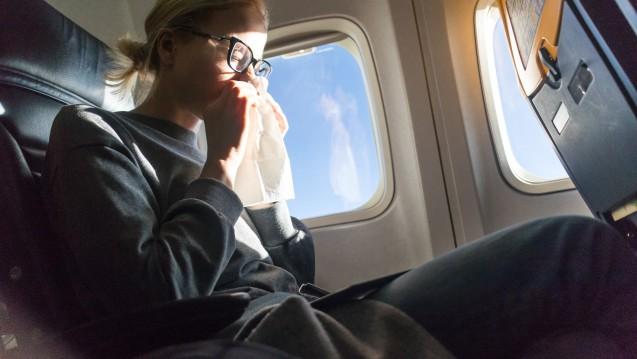 Auch auf Flugreisen trocknet die Nasenschleimhaiut leicht aus. ( r / Foto: kasto / stock.adobe.com)