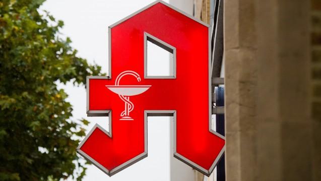 Wer das Apotheken-A wie verwenden darf, ist streng geregelt. In Bayern muss sich die Apothekerkammer jetzt wohl ein neues Logo verpassen. Auch wenn es viele Apotheker nicht wollen. (Foto:dpa)