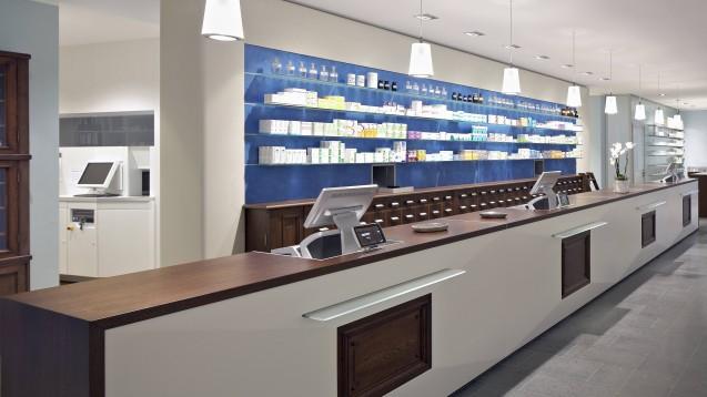 Hell und trotzdem kein Stromfresser: Durch den Einsatz moderner Lichttechnik lässt sich in Apotheken viel Energie sparen. (Foto: imago images / Mint Images)
