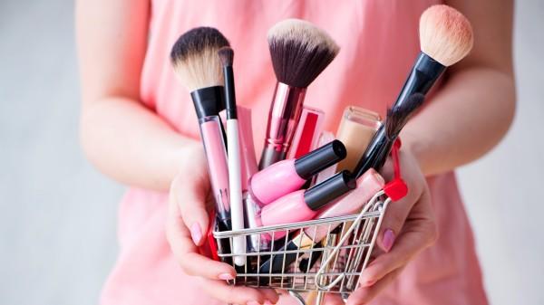 Deutsche kaufen mehr Kosmetik – allerdings nicht in der Apotheke