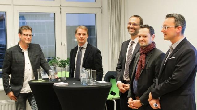 Bei der DAZ-Podiumsdiskussion am Vorabend des DAT wurdeintensiv über das E-Rezept und seine Folgen diskussiert. Von links nach rechts: Christian Krüger (NGDA), Christian Buse (BVDVA), Lorenz Weiler (Apotheker), Stefan Odenbach (König IDV) und Benjamin Rohrer (DAZ.online). (c / Foto: BPhD)