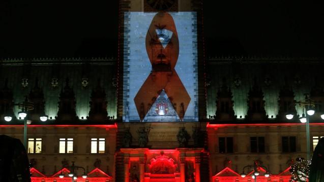 Eine rote Aids-Schleife wird anlässlich des diesjährigen Welt-Aids-Tags in Hamburg (hier während einer  Beleuchtungs-Probe) an die Fassade des Rathauses projiziert. (Foto: dpa)
