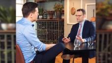 Im dritten Teil des Gesprächs von Apotheker Dr. Philipp Kircher mit Bundesgesundheitsminister Jens Spahn geht es um die Apotheke der Zukunft. (s / Screenshot: Frag Spahn Folge 15 / youtube)