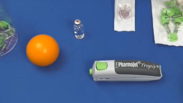 ZyCoV-D wird nicht intramuskulär injiziert, sondern intradermal verabreicht, und zwar mit dem nadelfreien System Tropis®. Hier ist ein Ausschnitt aus einem Demonstrationsvideo für das System am Beispiel eines Balls zu sehen. (Foto: Screenshot 14.09.2021, PharmaJet Demonstrationsvideo)