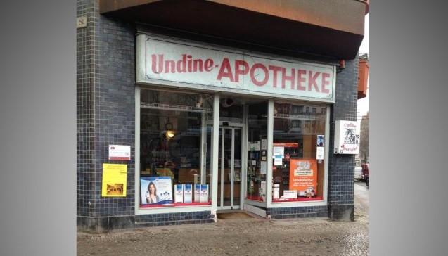 Das Schaufenster der Undine-Apotheke in Berlin-Neukölln. (Fotos:Saskia Gerhard)