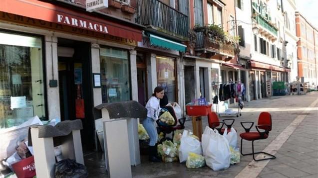 Zahlreiche Apotheken Venedigs mussten in den vergangenen Tagen wegen des Hochwassers zeitweise schließen. Am gestrigen Donnerstag sank der Wasserpegel kurzzeitig, am heutigen Freitag wurde alles wieder überschwemmt. (Foto: Bellon)