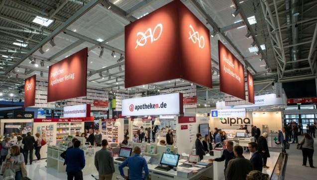 Was gibt es Neues vom Deutschen Apotheker Verlag? Die Kollegen am DAV-Stand präsentierten neue Bücher, zeigten Laborprogramme oder erklärten, was sich hinter apotheken.de verbirgt.