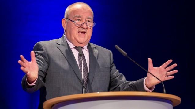 DAV-Chef Fritz Becker verteidigt die Haltung der ABDA zum Apotheken-Stärkungsgesetz. Es sei aussichtslos gewesen, für das Rx-Versandverbot zu kämpfen. (c / Foto: Schelbert)