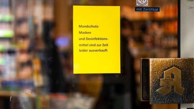 Ausverkaufte Desinfektionsmittel? Solche Schilder will die ABDA nicht mehr an Apothekentüren hängen sehen. Eigenherstellung ist angesagt! (s / Foto: imago images / Jannis Große)