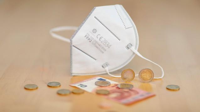 Mit der geplanten Kürzung der Vergütung der Apotheken für die Ausgabe von Schutzmasken ist die ABDA nicht einverstanden. Sie fordert Verlässlichkeit vom Verordnungsgeber. (Foto: IMAGO / photonews.at)