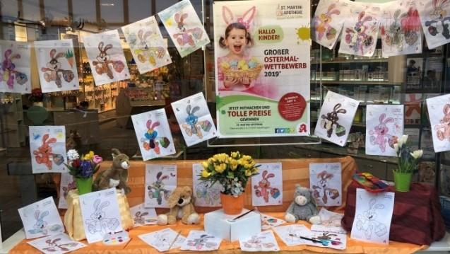 Erfolgreiche Werbeaktion: Das bunt geschmückte Schaufenster der St. Martini-Apotheke in Stadthagen während des Ostermalwettbewerbes erfreut die Kunden. (c / Foto:St. Martini-Apotheke)