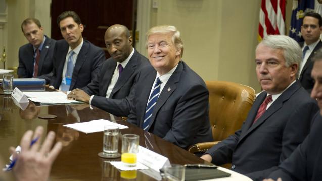 US-Präsident Donald Trump (hier mit den Chefs einiger wichtiger US-Pharmakonzerne) hat erreicht, dass nun auch deutsche Konzerne in den USA ihre Preise senken wollen. (Foto: Imago)
